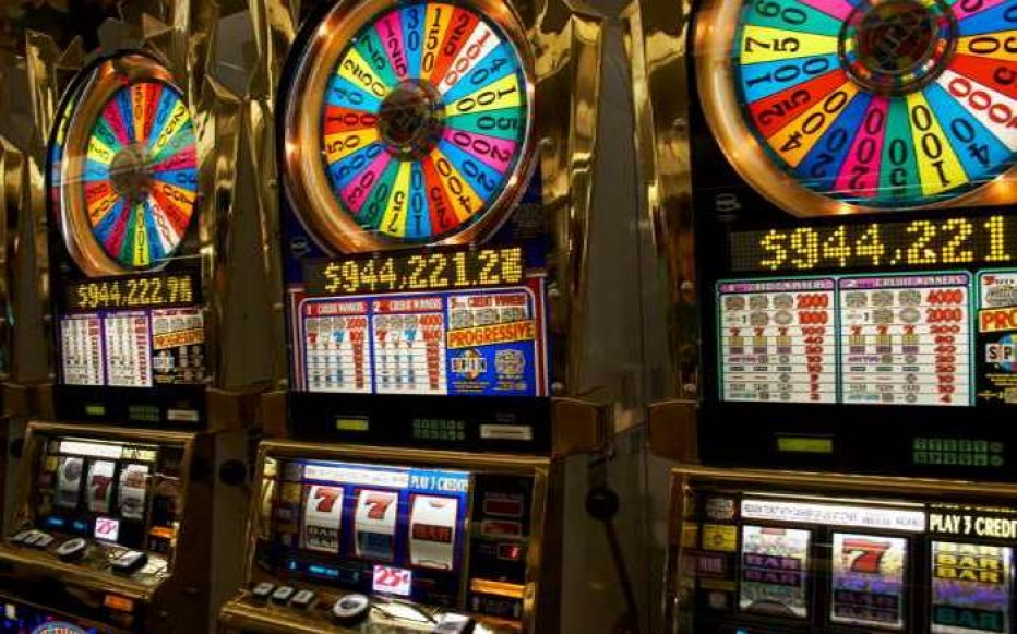 What are the basic terms to know while playing slot machine games?